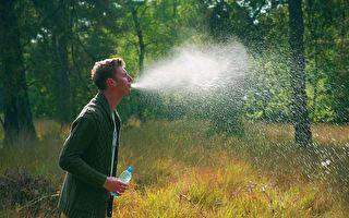 令人嘖嘖稱奇!男子口中噴出源源不絕的水花