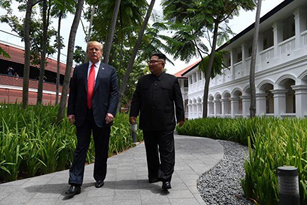 南韓官員透露,金正恩表示對美國總統特朗普的信心從來沒有動搖,並要在特朗普第一個任期內實現無核化。對此特朗普表示了感謝,說大家要「一起完成」。圖為6月特金會面場景。(AFP PHOTO/SAUL LOEB)