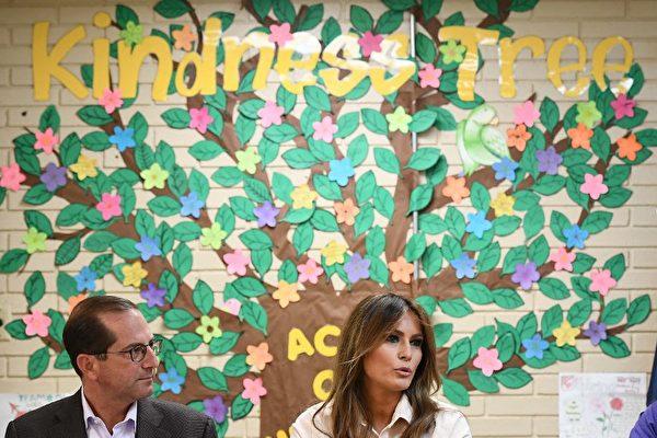 梅拉尼婭訪問德州非法入境兒童收容所
