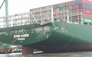 迴轉不慎 中鋼礦砂船撞凹長榮貨櫃船
