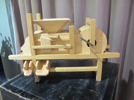古農具雕刻作品「風鼓」完全以傳統卡榫工法組合起來!