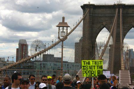 游行队伍穿过布碌崙大桥。