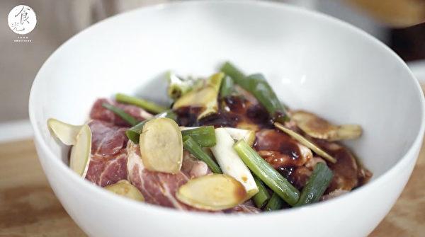 粽子做法之:用備好的餡料醃製豬肉。(C2食光提供)