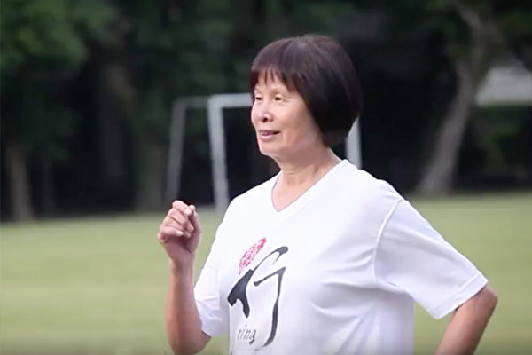 運動名將紀政,曾通過健走,短短半年瘦下20公斤,還改善了困擾她多年的尿失禁。(視頻截圖)