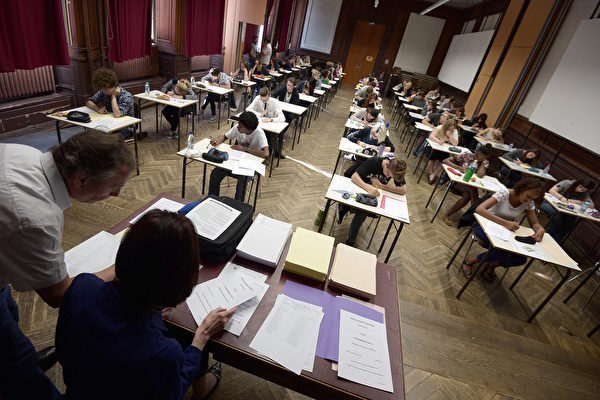"""从今年2月起,纽约市把中文测试列入到""""+1""""的科目范围中。图为学生应试毕业考。(Frederick Florin/AFP/Getty Images)"""