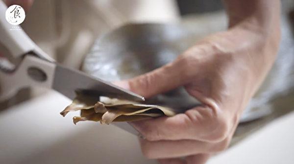 粽子做法之:粽葉泡好後,可以減去葉子的梗部。(C2食光提供)