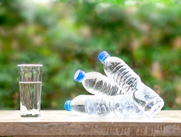 瓶裝水是在免稅商店乘客購買最多、最受歡迎的商品之一。(Fotolia)