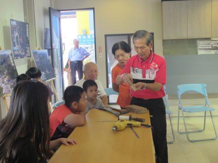 廖義雄現場指導小朋友製作童玩。