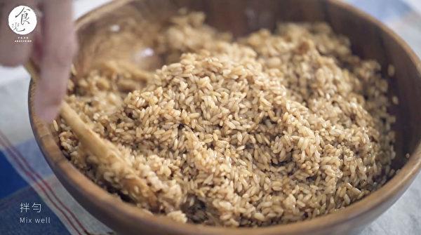 粽子做法之:將糯米調味並拌炒。(C2食光提供)
