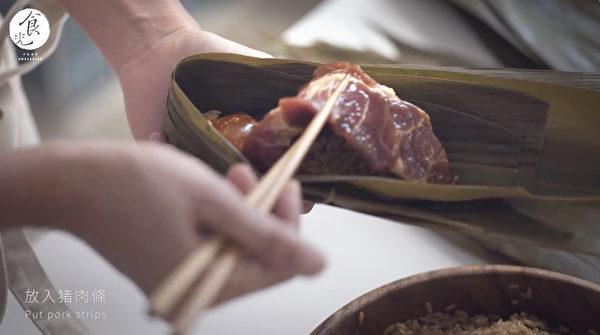 粽子做法之:鋪糯米、放餡料、再用糯米蓋住。(C2食光提供)
