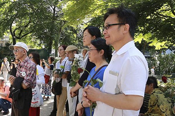 6月3日,法国民运人士、民主中国阵线、中国团结、法国藏汉协会、法国政治学院学者,以及刚从中国大陆出来的年轻学生等,前往位于巴黎二十区Gambetta公园内的六四纪念碑鲜花。图为与会人士手持鲜花。(大纪元)
