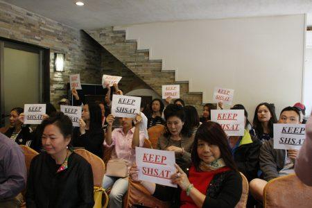 華人家長在與亞當斯的會議上,紛紛質疑他對特殊高中的態度。