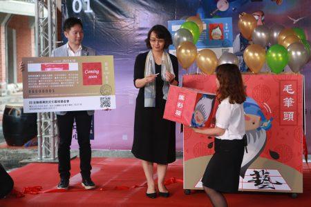 全联善美基金会执行长罗欣怡抽出金卡得主(Wu Mu Chun)。