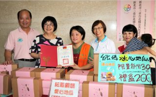 單親媽賣烤地瓜 捐出地瓜禮盒給實物銀行