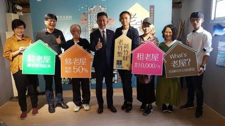 """林智坚与""""饮室绘友""""艺术家团队合照,右四为屋主陈星豪。"""