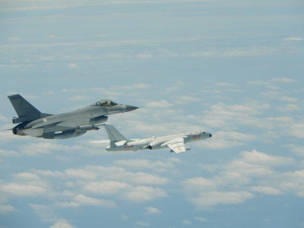 圖為2018年中共軍機穿越宮古海峽,進行繞台演訓,中華民國空軍出動戰機(左)警戒。(台灣國防部提供)