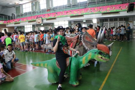 騎在恐龍背上做反菸宣導。