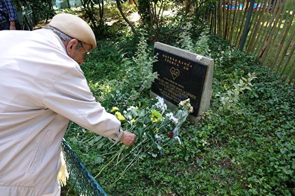 纪念活动的最后,与会者们纷纷将鲜花放置在六四纪念碑前,向为了争取中国自由民主的勇士致敬。(关宇宁/大纪元)