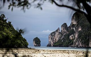 一群外国人在泰国海滩集结 举动让世界竖拇指