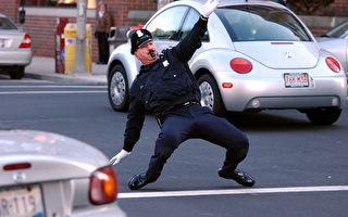 嘉年華會驚現「舞王」 這位警察的筋骨也太Q彈