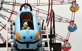 海軍飛行員為兒子在後院打造「火箭」雲霄飛車