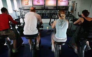 踩健身脚踏车好无聊 要不要来一场赛车比赛!