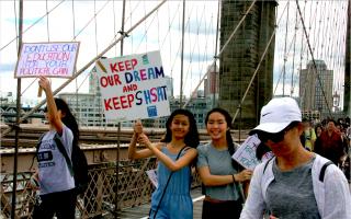 穿越布碌崙大桥游行 学生吁保留SHSAT