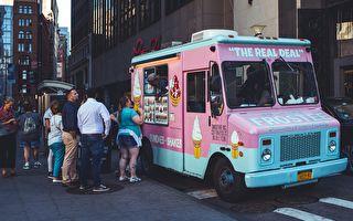 黑狗狗看见冰淇淋车 情绪激动兴奋到不行