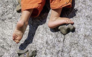 小女孩挑戰「攀岩」媽媽哥哥的舉動好暖心