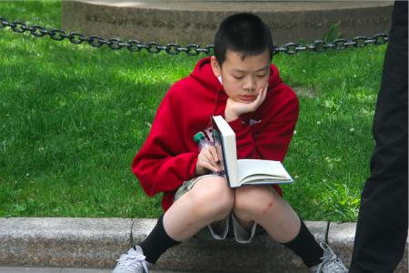 市议会集会时,华裔学生招喜然(Ethan Chieu)在一旁安静地读书,他认真地对记者说,因为自己要为校报撰写文章,所以不能对此事发表看法,但他的家人都在参加抗议。