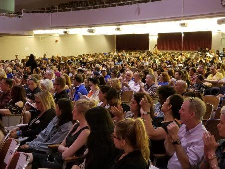 取消最低工資小費抵薪公聽會,有數百名雇主與員工到場聆聽與發言,正反雙方踴躍發言固盤。