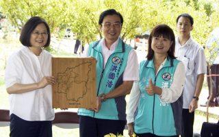 總統視察草屯公園  讚許墓仔埔變公園展創意
