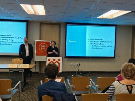 站立者左为非营利组织区域规划协会的副总裁Moses Gates,右为资深规划师Sarah Serpas。