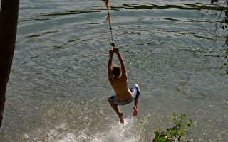 学泰山拉绳跳水真有趣 男孩才刚起步秒落水