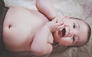 两个俏宝贝笑到吃手手 哈哈大笑有益身心