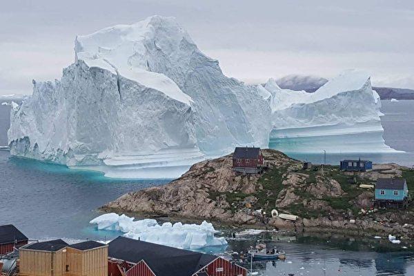 巨大冰山漂到格陵蘭海岸 恐崩解引發海嘯