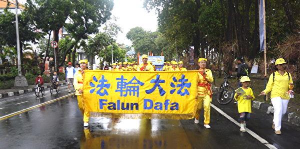 纪念7.20法轮功学员反迫害19周年,峇里岛部分法轮功学员参与游行。(萧律生/大纪元)