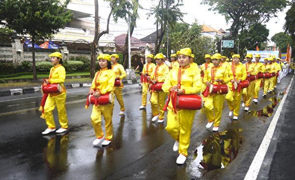 纪念7.20法轮功学员反迫害19周年,峇里岛部分法轮功学员参与游行。图为腰鼓队。(萧律生/大纪元)