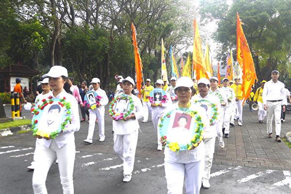 纪念7.20法轮功学员反迫害19周年,峇里岛部分法轮功学员参与游行。图为悼念队伍和仪仗队。(萧律生/大纪元)