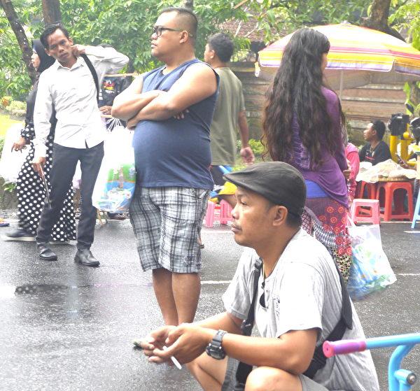 民众观看游行。(萧律生/大纪元)