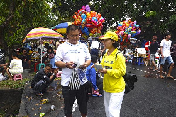 峇里岛法轮功学员向民众讲述真相。(萧律生/大纪元)