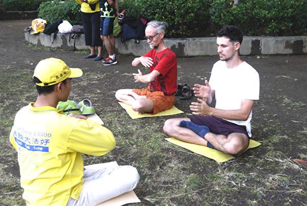 澳洲国际友人学炼法轮功。(萧律生/大纪元)