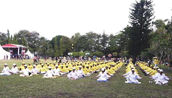 峇里岛部分法轮功学员在巴东普普丹广场集体炼功。(萧律生/大纪元)