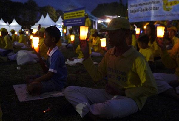 峇里岛部分法轮功学员举行烛光悼念,纪念被迫害致死的法轮功学员。(萧律生/大纪元)