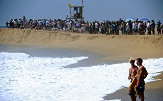 橙县海滩现巨浪 单独游泳有危险
