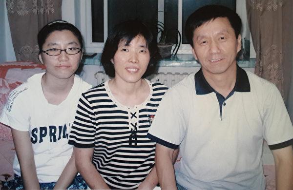 當年張鴻玉與父親、母親在一起的時候。(張鴻玉提供)