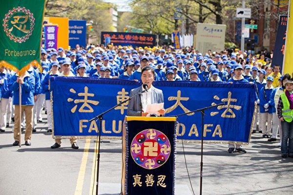 2017年4月23日紐約部分法輪功學員在法拉盛舉行紀念4.25和平上訪18周年大集會。圖為張鴻玉講述母親被迫害致死的經歷。(大紀元資料圖片)