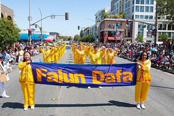 旧金山湾区红木城独立日游行  法轮功学员队伍受欢迎