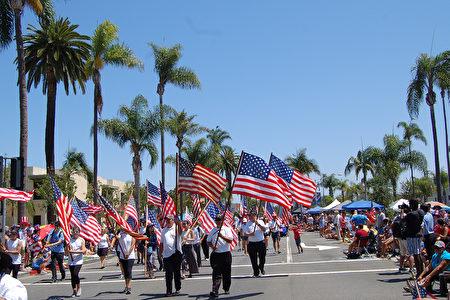 圣地亚哥独立日游行 展现美国精神