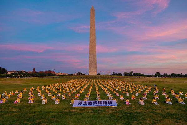 2018年7月19日,法輪功學員在華盛頓紀念碑前點燃燭光,悼念19年來被中共迫害致死的大陸法輪功學員。((Mark Zou/大紀元)